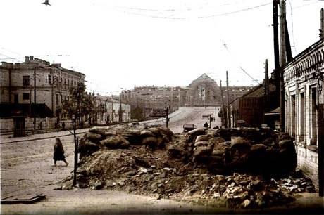 Пустые улицы, сохранившиеся после защитников баррикады. Видны храбрые горожане. Город управляется немцами. Фотография сделана на углу улиц Коминтерна и Жилянской.
